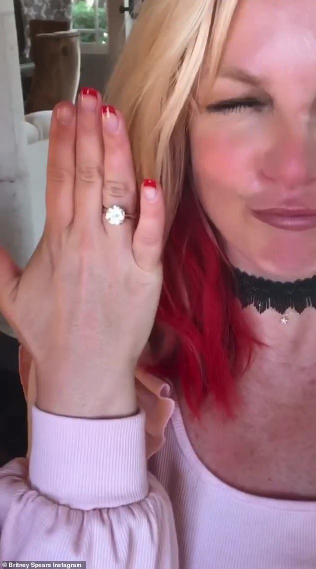 39岁小甜甜布兰妮官宣订婚,27岁伊朗男模送上大钻戒,已相恋5年
